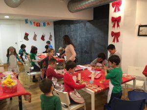 Entusiastas aprendices en el taller en inglés de christmas cookies