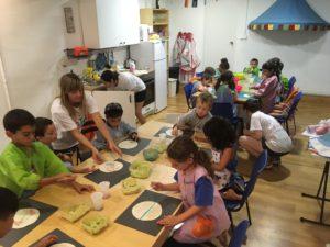 Casal de verano en inglés en Sarrià. Manualidades, cocina, pintura y mucho más!