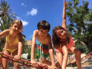 Casal de verano en inglés en Sarrià. Actividades al aire libre en el parque.